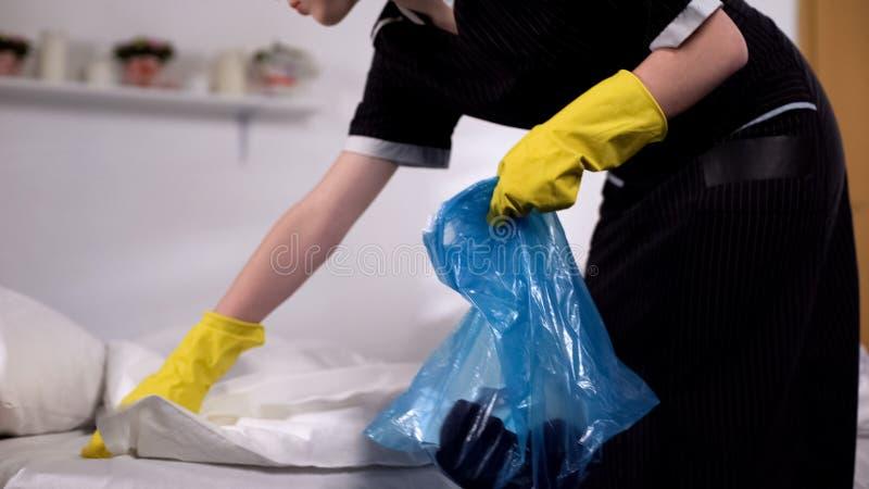 会集从床的女服务生垃圾在党,清洗的服务以后的早晨 图库摄影