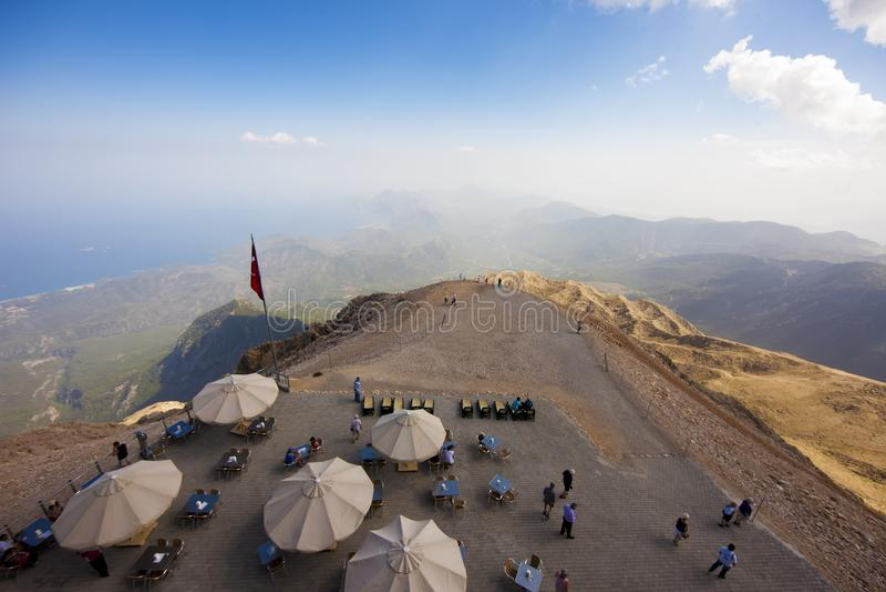 伞和有雾的看法在Tahtali山,土耳其的上面 库存图片