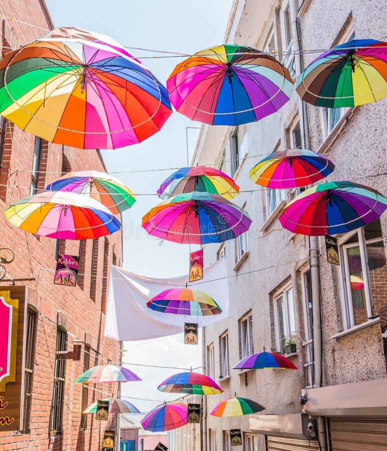 伞在Istanbu临近街道咖啡馆 免版税图库摄影