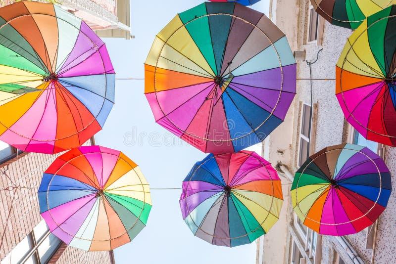 伞在Istanbu临近街道咖啡馆 库存照片