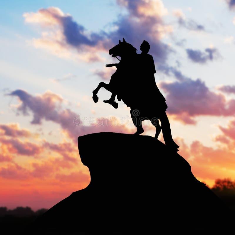 伟大彼得的纪念碑,反对日落的剪影。St.皮特 免版税库存图片