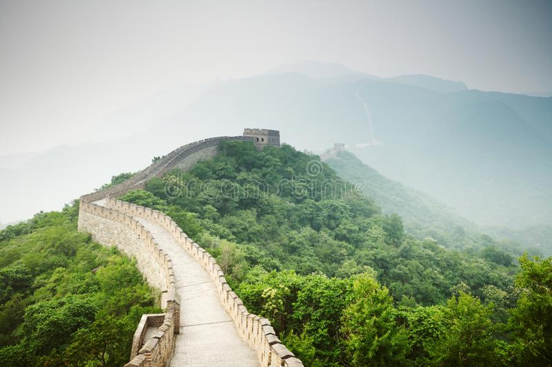 伟大的中国墙的看法有绿色森林和天空的 库存图片