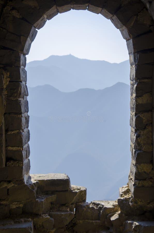 伟大的中国墙的被破坏的窗口 库存照片