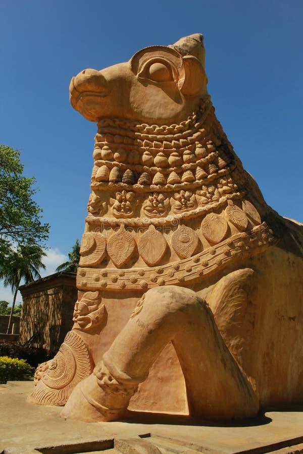 伟大的公牛的侧视图-在Gangaikonda乔拉普拉姆,印度古老Brihadisvara寺庙的nandhi-雕象  库存照片