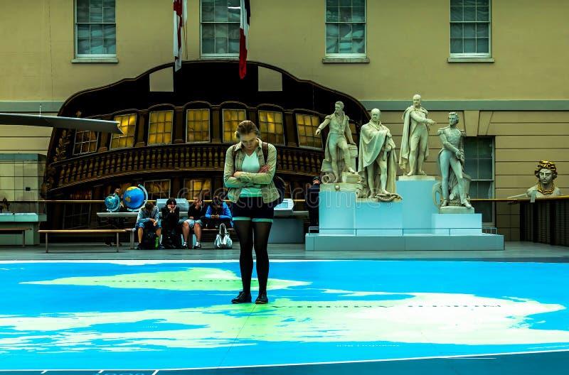 伟大的地图-了不起的历史英国上尉所有海一张硕大地图、海洋和大陆和雕象在一个t中 免版税库存图片