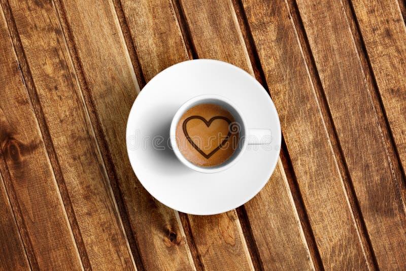 伟大的意大利浓咖啡咖啡,看法上面细节在一个白色杯子的与泡沫心脏形状的 库存照片