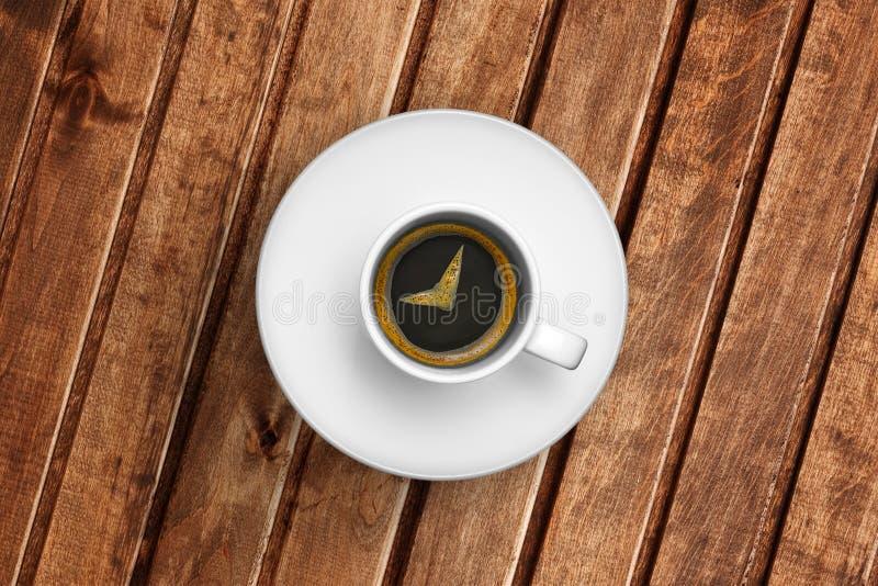 伟大的意大利浓咖啡咖啡细节在一个白色杯子的在木桌上,时刻用早餐 库存图片