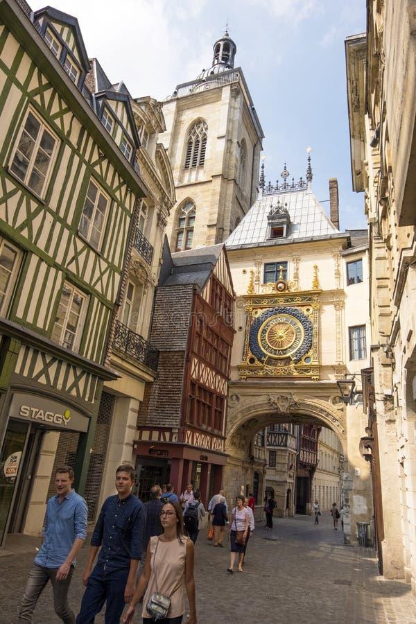 伟大的时钟云香du格洛斯的步行街道Horloge 曲拱的看法与大小时 鲁昂,法国 库存图片