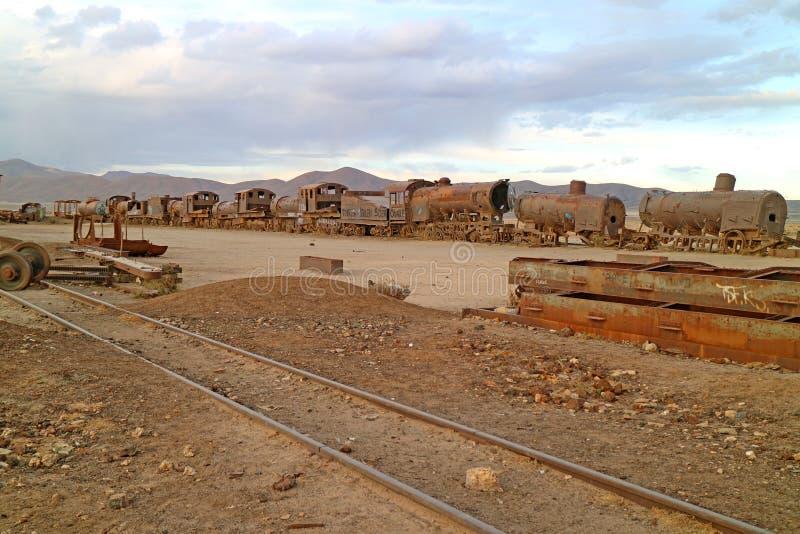 伟大的火车坟园在镇乌尤尼盐沼,玻利维亚,其中一座World's最大的古色古香的火车公墓 库存照片