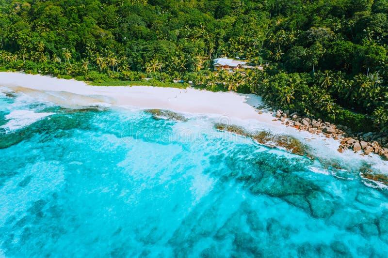 伟大的热带梦想海滩昂斯市Bazarca,马埃海岛,塞舌尔空中寄生虫照片  白色粉状沙子,天蓝色的水 图库摄影