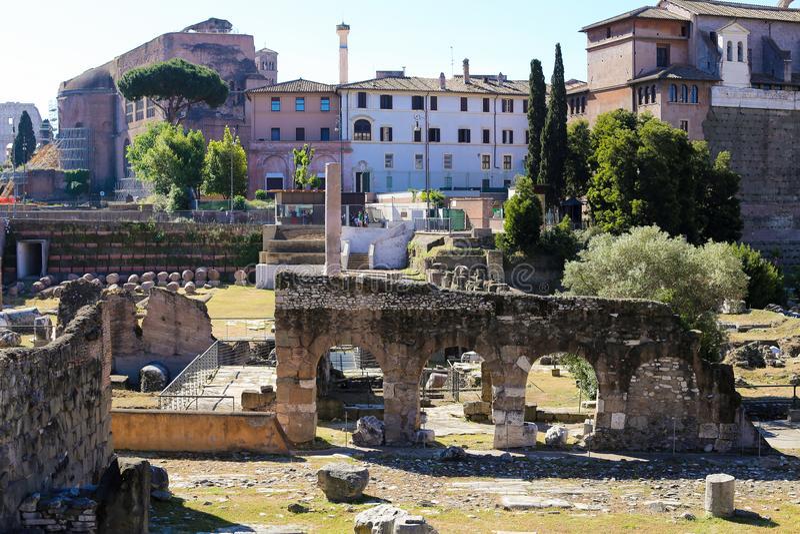 伟大的罗马广场、曲拱和专栏在罗马,意大利 库存图片