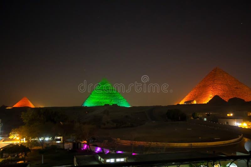 伟大的金字塔在晚上 库存图片