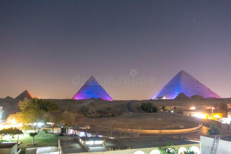 伟大的金字塔在晚上 库存照片