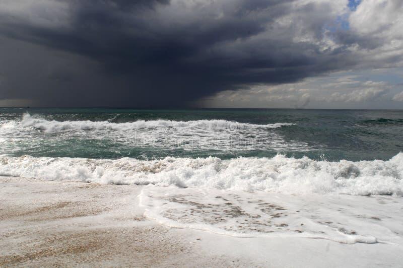 伟大的风暴看法在海的 强风和大波浪与飞溅下落在黑暗的天空下 Alanya,土耳其 库存照片