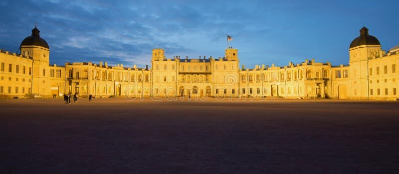 伟大的Gatchina宫殿的全景在5月微明下 gatchina俄国 免版税库存照片