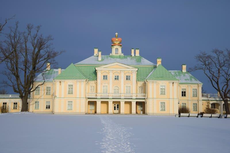 伟大的Menshikovsky宫殿的中央大厦在2月天 从上部公园的看法 Oranienbaum,俄国 免版税库存照片