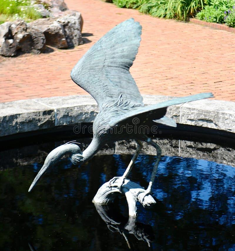 伟大蓝色的苍鹭的巢雕塑 库存图片
