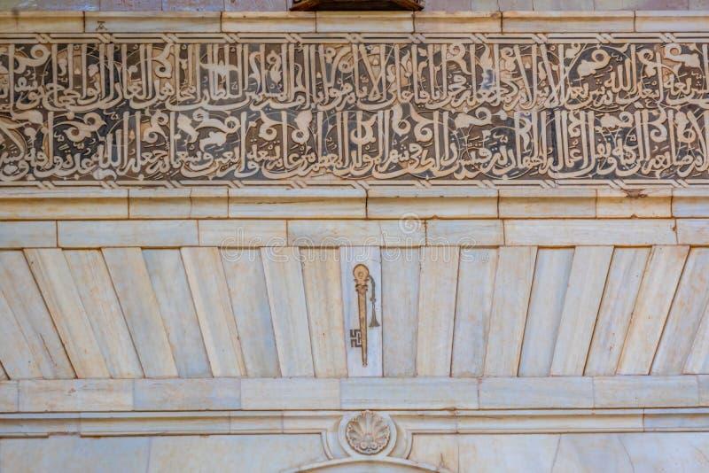 传奇钥匙和阿拉伯剧本在正义门在入口向阿尔罕布拉宫,格拉纳达,安达卢西亚,西班牙 免版税库存图片