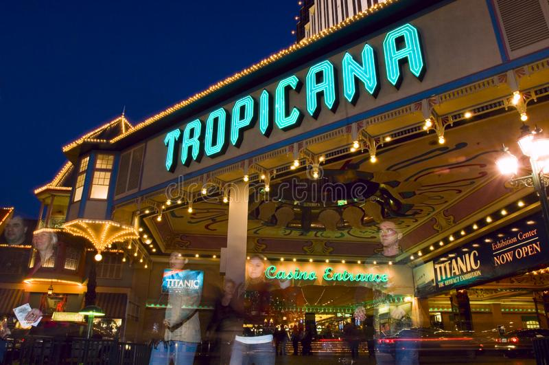 传奇Tropicana旅馆和赌博娱乐场入口明亮地发光作为平衡集合  库存图片