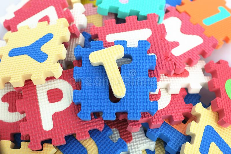 传播五颜六色的字母表块 免版税库存照片