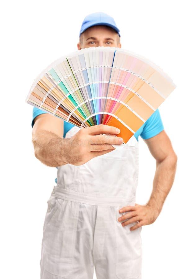传播颜色样片的年轻画家 免版税库存图片
