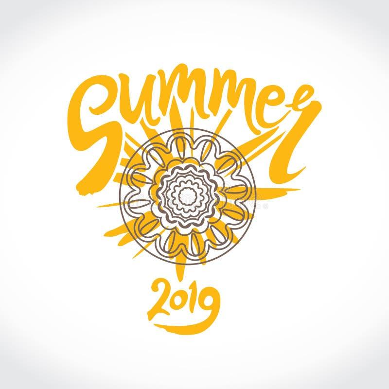 传染媒介商标夏天2019年 用手黄色太阳、题字和种族装饰品圈子的明亮的光芒  向量例证