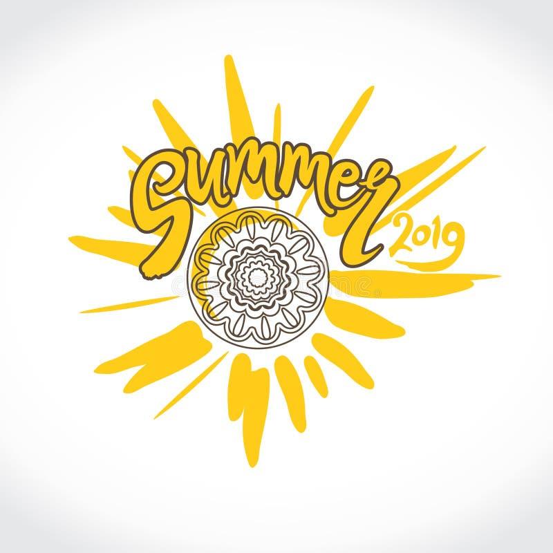 传染媒介商标夏天2019年 用手黄色太阳、题字和种族装饰品圈子的明亮的光芒  库存例证
