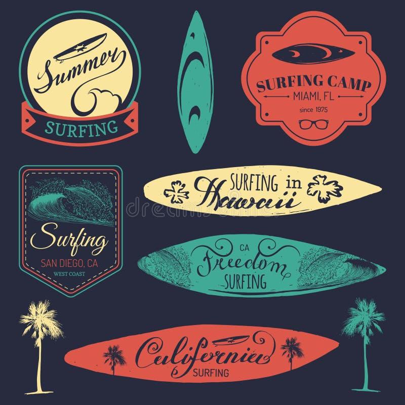 传染媒介套葡萄酒冲浪的商标,纺织品的标志, T恤杉打印等 自由,加利福尼亚,夏威夷印刷术海报 向量例证