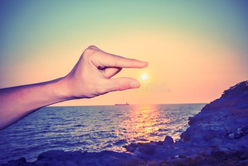 传染性的太阳在人` s手和手指上 免版税图库摄影