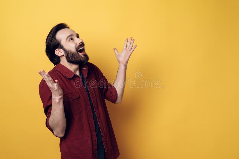 传神愉快的年轻人有胡子的人手  免版税图库摄影