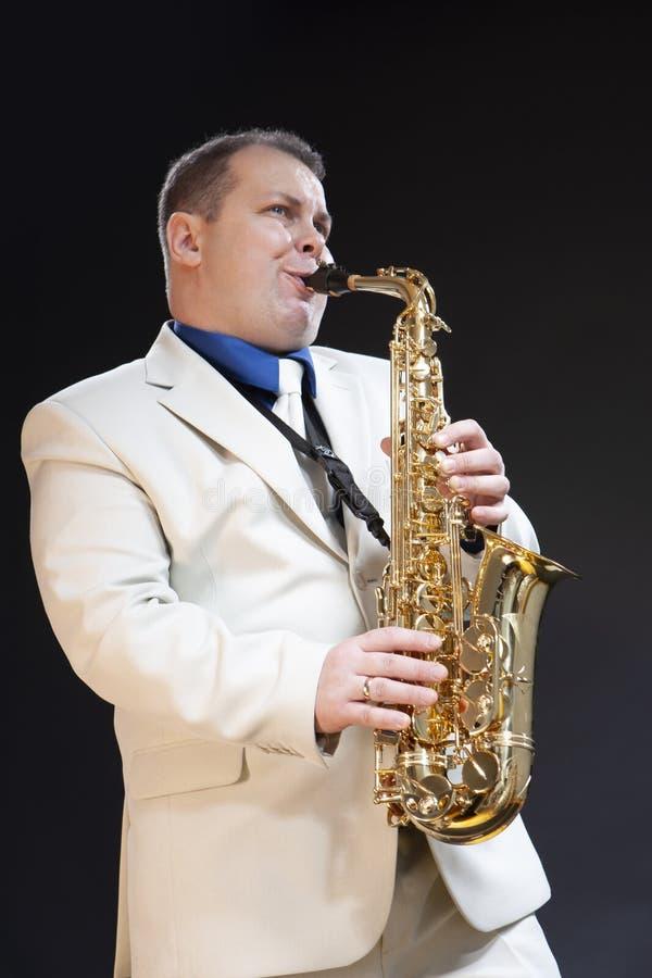 传神成熟白种人男性萨克管演奏员 库存照片