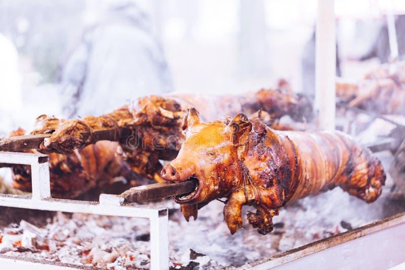 传统上在转动的唾液的乳猪 免版税库存图片