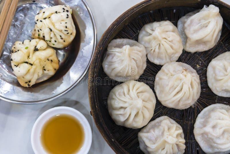 传统上海食物包括饺子、馄饨和xiaolongbao 免版税库存图片