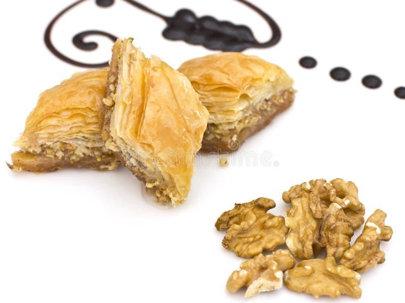 传统东方点心-果仁蜜酥饼用开心果和walnu 库存图片