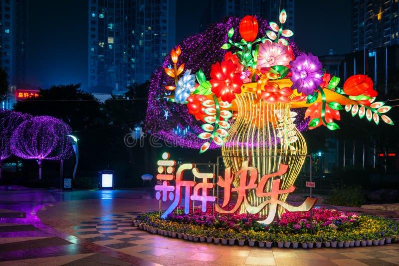 传统中国花灯笼在城市打开 免版税库存照片