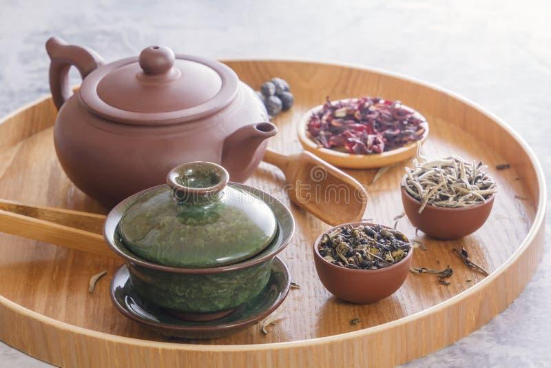 传统中国茶杯、陶瓷茶壶和茶道属性 库存照片