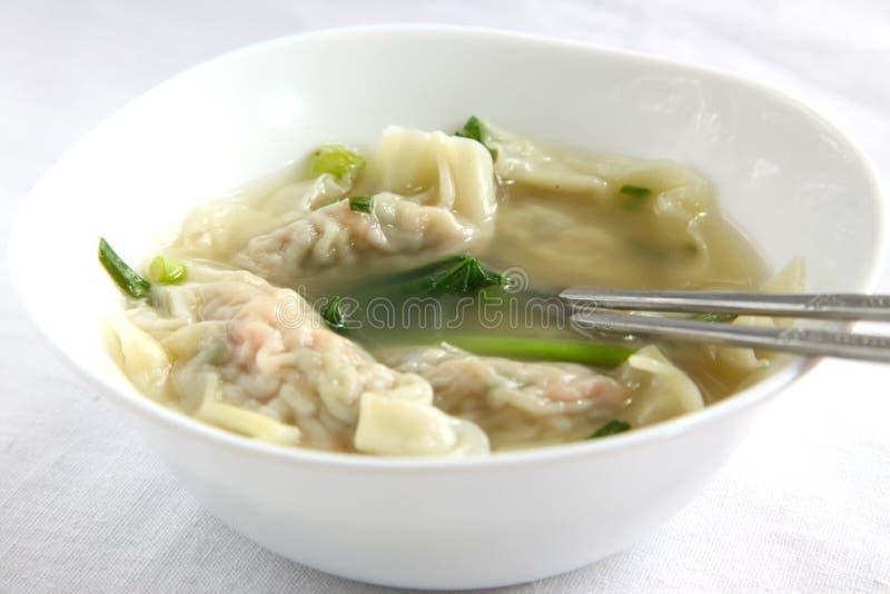 传统中国饺子的汤 库存图片