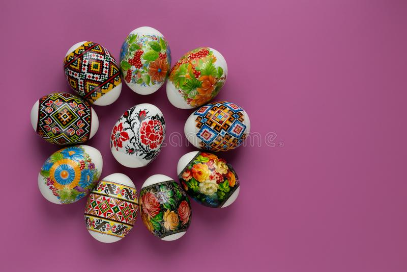 传统主题五颜六色的复活节彩蛋在桃红色背景的 与Ñ  opy空间的欢乐逾越节卡片 复活节传统 免版税图库摄影