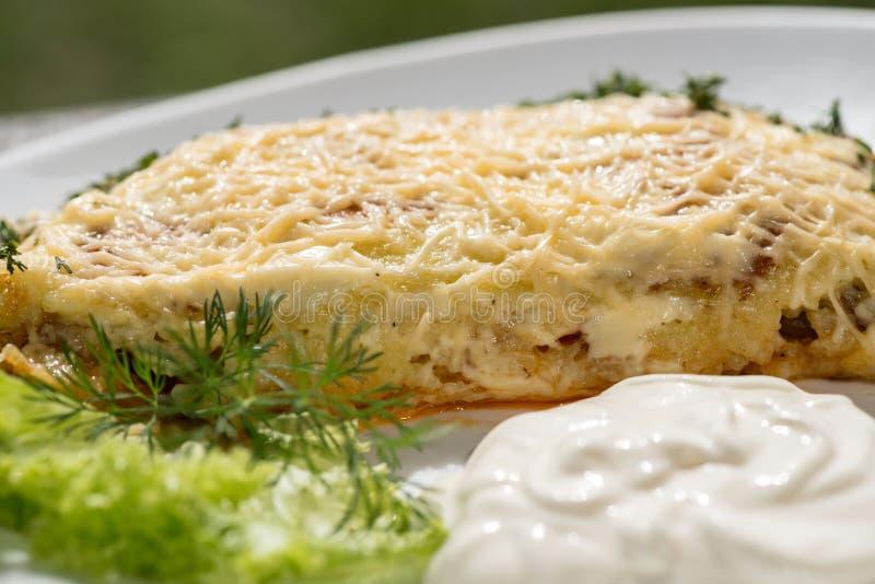 传统乌克兰自创土豆薄烤饼土豆用乳酪和酸性稀奶油 免版税库存照片