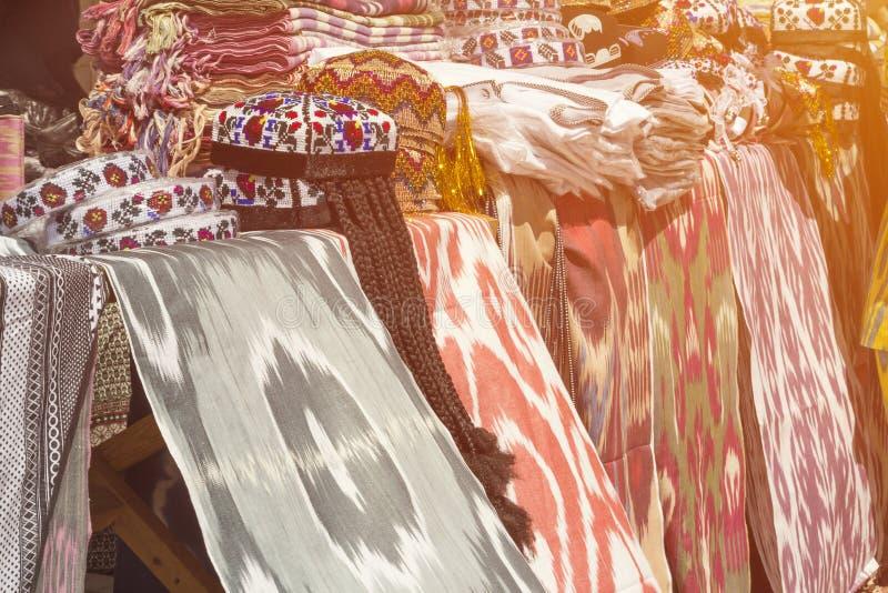 传统乌兹别克人亚洲人丝绸 换与丝织物材料购物,露天存放,销售 库存照片
