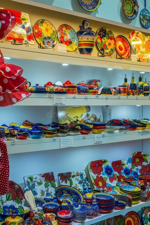 传统五颜六色的手画西班牙陶瓷瓦器 免版税库存照片