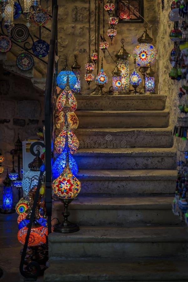 传统五颜六色的装饰土耳其东方灯待售在一个纪念品店在科托尔老镇在黑山 库存图片