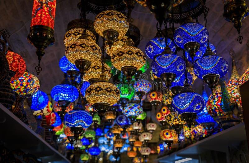 传统五颜六色的装饰土耳其东方灯待售在一个纪念品店在科托尔老镇在黑山 免版税库存图片