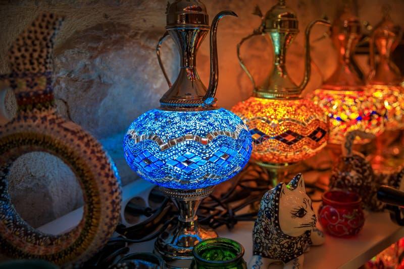 传统五颜六色的装饰土耳其东方灯待售在一个纪念品店在科托尔老镇在黑山 免版税库存照片