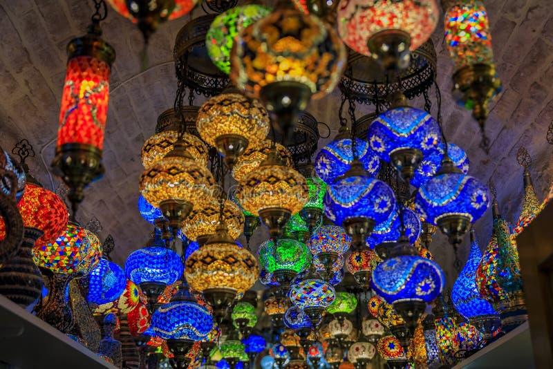 传统五颜六色的装饰土耳其东方灯待售在一个纪念品店在科托尔老镇在黑山 免版税图库摄影