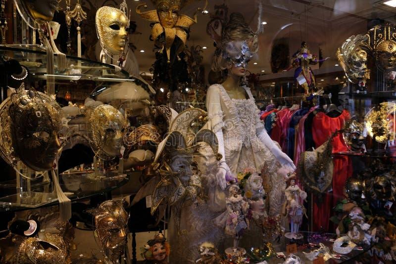 传统五颜六色的面具在威尼斯狂欢节的市场上  免版税库存照片
