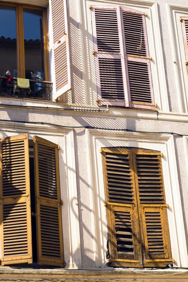 传统五颜六色的黄色窗口在欧洲城市关闭  免版税图库摄影