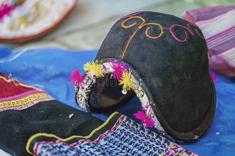 传统人在Tarabuco,玻利维亚地方星期天市场上计划的` s帽子和织造  库存图片