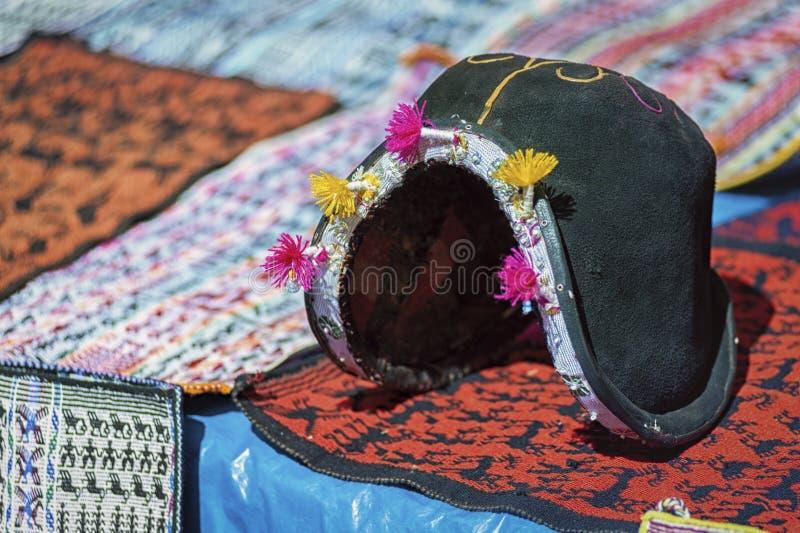 传统人在Tarabuco,玻利维亚地方星期天市场上计划的` s帽子和织造  图库摄影