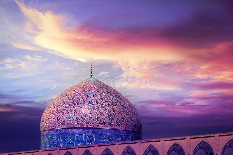 传统伊朗建筑学的片段反对美丽的紫色天空和黄色和桃红色云彩的 美好的日落 免版税库存照片